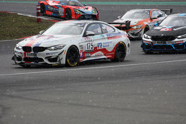 Foto: Klaus Höhn Der Leutheuser GT4 legte trotz Schneetreiben furios los. Leider ohne Erolg. Das Rennen wurde in der 2. Runde abgebrochen.