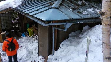 雪崩れた雪が家の中に押し寄せてきた