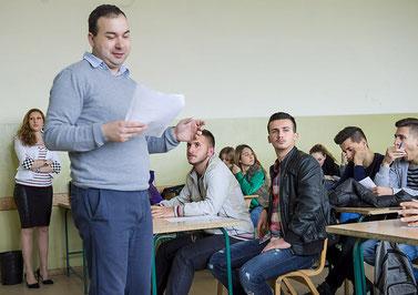 Serbischer Lehrer unterrichtet albanischen Schülern Serbisch.