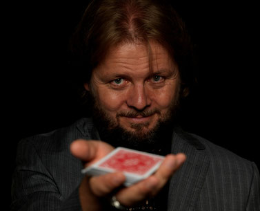 Portrait mit Kartenspiel - Christian Knudsen, Zauberer in Hamburg
