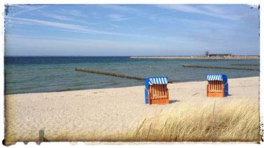 Strandkörbe am Sandstrand von Glowe
