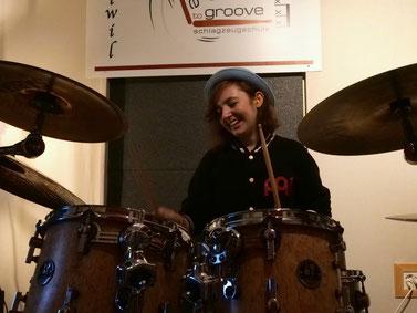 Schlagzeugschülerin lernt und spielt Schlagzeug