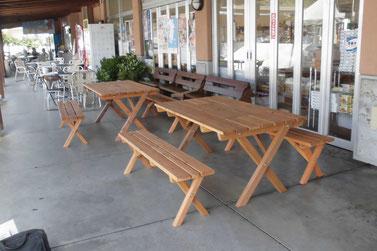 道の駅かまえ、の正面玄関横に配置された自社製の屋外テーブル。