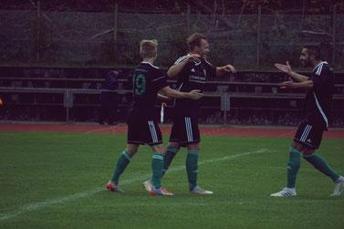 Matchwinner Oertel im Jubel mit Schner und Doryan nach seinem 1:0