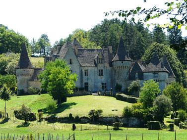 Toits de Lauze pour ce château privé, niché dans un écrin de Verdure à deux pas de St Amand de Coly