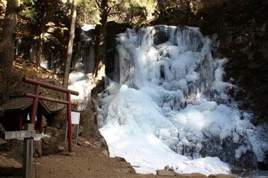 冬の母の白滝です。冬でも滝行をされる方たちがいます。