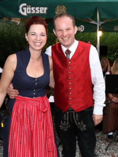 Die Scheiber-Wirtin Stefanie Fritzer und unser Kapellmeister Herbert Gwenger