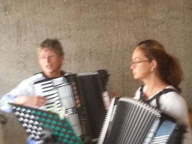 Marianne Malmedy und Iris Olec stimmten die am Freitag angereisten Frauenteams mit französischen Musikstücken ein.