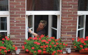 Frau putzt Fenster Fensterputzen Fensterputzer-Company