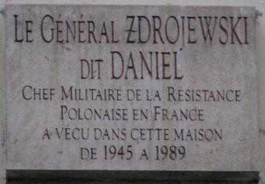 """Plaque en hommage au général Zdrojewski, dit """"Daniel"""", chef militaire de la Résistance polonaise en France, située 25, rue de Richelieu, Paris Ier"""
