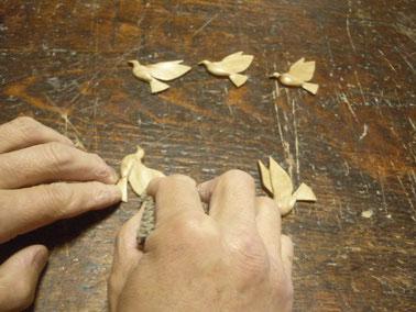オリーブ材で鳩のブローチペーパーかけ