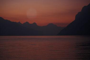 Sonnenuntergang am Walensee und wie die untergehende Sonne steht ein Orb am Himmel