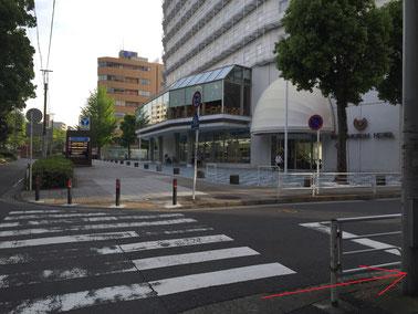 8. 正面に伊勢佐木長者町駅やワシントンホテルがあります。(横断歩道は渡らないでください。)