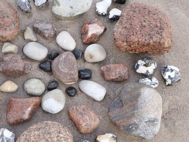 Handpan mit Yogamatte und Yogakissen auf Steg