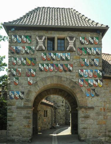 Der Eingang zur Wachenburg mit den Wappen der Weinheimer Corps.