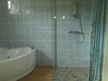 chambre aigue-marine salle de bain avec baignoire balnéo et douche à l'italienne, wc séparé