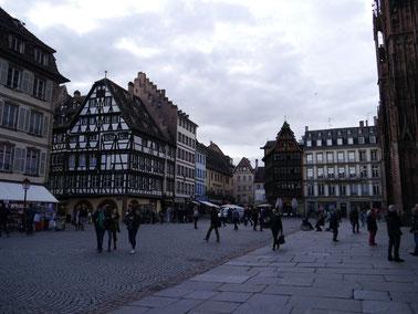 Kirchvorplatz mit Haus Kammerzell im Hintergrund