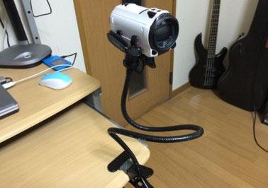 アームホルダーでデジタルビデオカメラを固定している様子