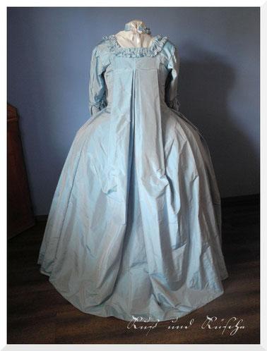 Robe à la Française, Rückansicht mit den Watteaufalten, benannt nach dem Maler Antoine Watteau, dieser malte diese Falten sehr häufig.