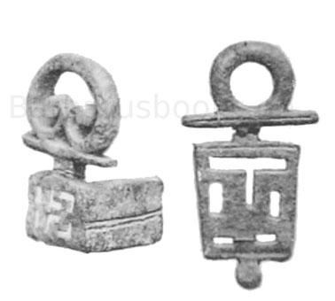 Links: Schlüssel, 4,9 cm. Fundort in Bingerbrück. Besitzer unbekannt. Erz. Rechts: Schlüssel, 6,1 cm. Fundort bei Mainz. Museum Mainz. Erz.