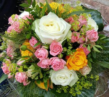 Unterschiedlichste Blumensträuße - mit und ohne Deko