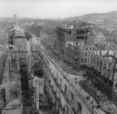Stuttgart, Königsstraße, am Ende des 2. Weltkrieges. Muss erst ein dritter Weltkrieg kommen, bevor die Lutherkirchengemeinde umkehrt - und sich abwendet von Militär und Krieg?