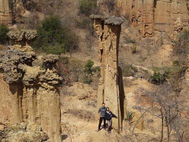 Säulen aus Sand, die durch eine Lavaschicht vor der Erosion geschützt wurden; Isimila, Stoneage-Site.