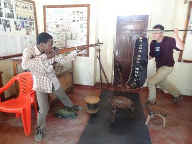 Louis und Juma im Mkwawa Museum bei Iringa