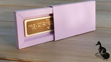Kundenauftrag: Tiefengravur tibetisches Mantra mit Origami-Schachtel.
