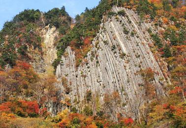 錦秋の布岩(秋山郷)