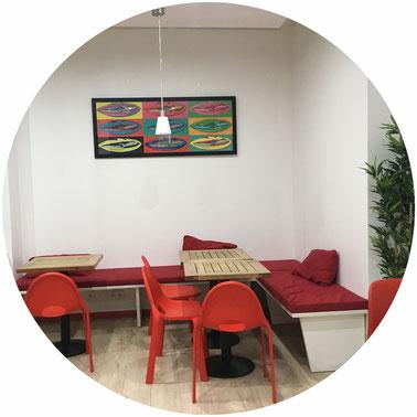 La salle à l'étage de la sandwicherie à Grenoble