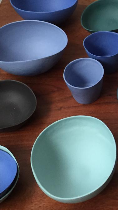 Vaisselle porcelaine colorée. Atelier de céramique Brigitte Morel. Paris et Apt