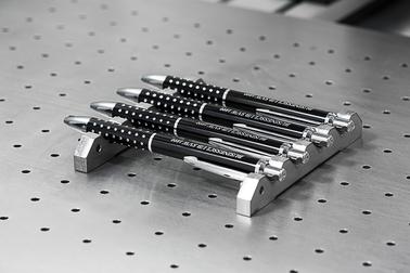 Kugelschreiber auf magnetischer Arbeitsplatte im Beschriftungslaser