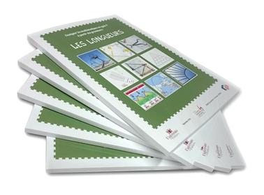 """Pile de livres dos carré collé couverture verte """"les longueurs"""" logo université de Poitiers."""