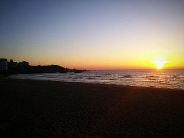 Sonnenuntergang am Surferstrand Grande Plage in Biarritz