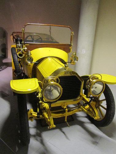 Een Peugeot type 126 12-15-HP Touring uit 1910, te zien in het Louwman Museum in Den Haag.