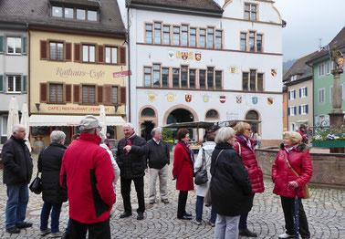 Vor dem Rathaus in Staufen