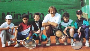 Tennistrainer Charlie Pils mit seinen jungen Sportlern auf dem Tennisplatz