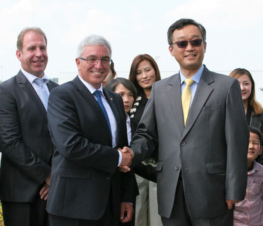 Rhineland-Palatinate Minister Roger Lewenz and Chinese investor Yu Tao Chou celebrate their Hahn deal  -  picture: HHN