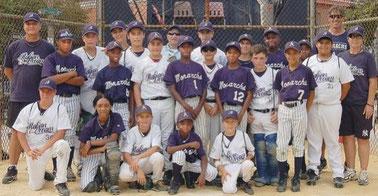 Nella foto la squadra italiana di Baseball On The Road (divisa bianca) e gli Anderson Monarcs. - Mo'Ne Davis è la seconda da sinistra nella fila inginocchiata.