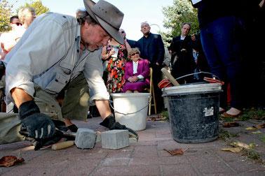 48.000 Steine in 18 Ländern, die an die Opfer des Nationalsozialismus erinnern, hat Gunter Demnig verlegt – und nun auch in Rehburg-Loccum.
