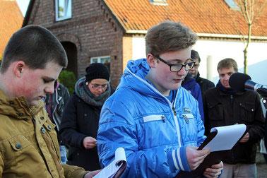 Das Schicksal Heinrich Dökels lesen Justin Rust und Timon Aselmann vor – sie gehören auch zu der Gruppe Jugendlicher, die den Stolperstein für ihn finanziert hat.