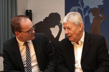 Grant Hendrik Tonne und Fritz Erich Anhelm im Gespräch – mit den Schattenrissen von Herta Busack und Paula Freundlich im Hintergrund.