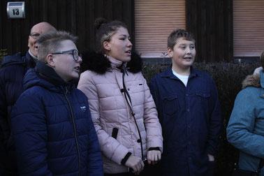 """Intensiv haben sich Schüler der Rehburger Wilhelm-Busch-Schule mit Herta Busacks Schicksal auseinandergesetzt – bei der Verlegung lesen sie Teile der Lebensgeschichte und singen ein """"Shalom""""."""