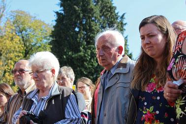 Viele Menschen begleiten die Stolperstein-Verlegung in Rehburg-Loccum – und betroffene Gesichter sind ringsum zu sehen.