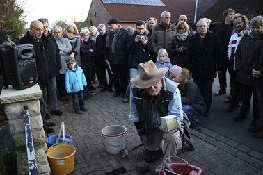 Vier Stolpersteine für die Familie Busack hat Gunter Demnig in Bergkirchen und Bad Rehburg verlegt.