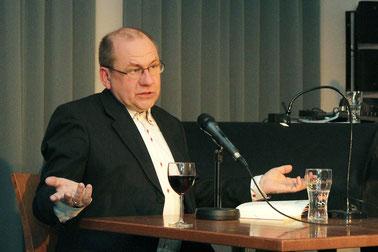 """Kleine und große Gesten, Mimik und Ausdruck – Matthias Schlicht liest aus """"Glaubenspfeffer""""."""