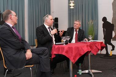 Ralf Meister, Jonah Sievers und Fritz Erich Anhelm diskutieren über Erinnerungskultur.