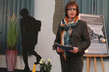 Eine von vielen Rehburg-Loccumerinnen, die in der Stolperstein-Initiative mitarbeiten: Gabriele Arndt-Sandrock berichtet zur Begrüßung von dem Projekt.