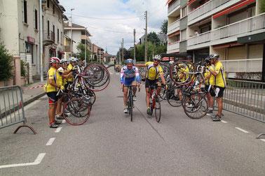haie d'honneur à l'arrivée des cyclistes d'Annecy